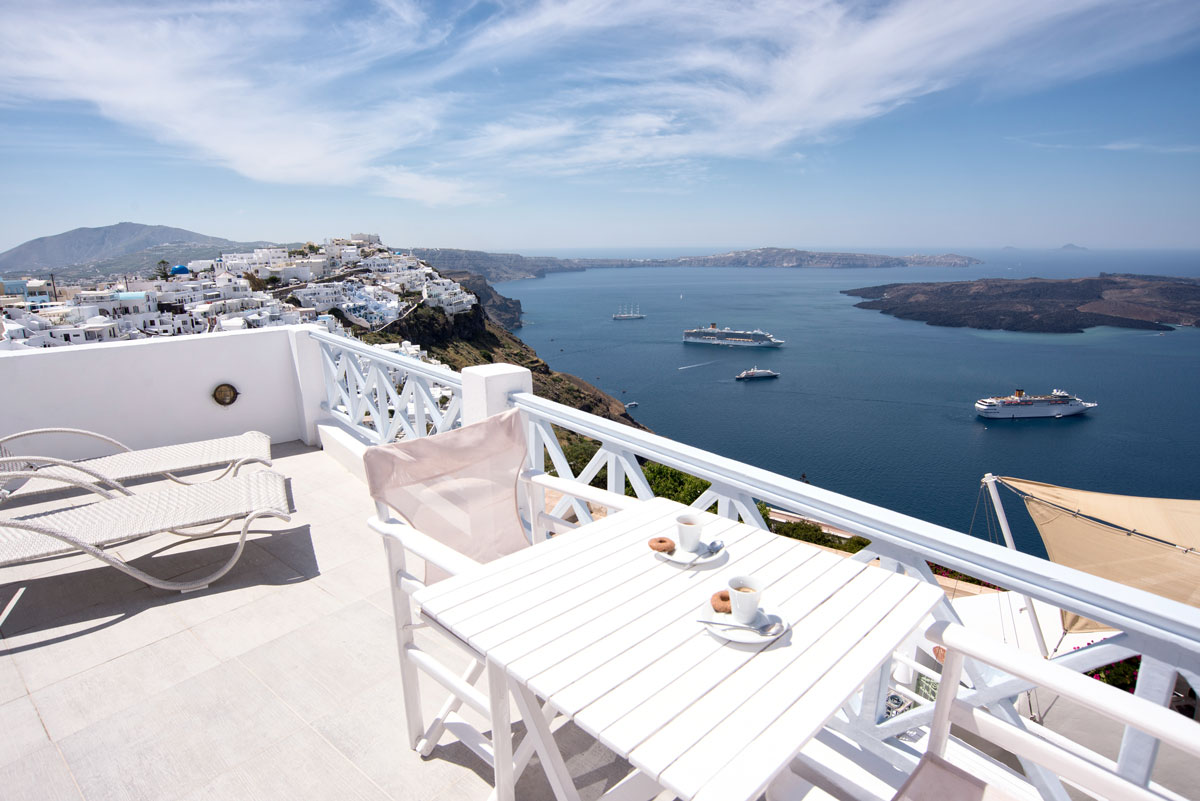 Honeymoon Suite with jacuzzi in Santorini with view in Firostefani