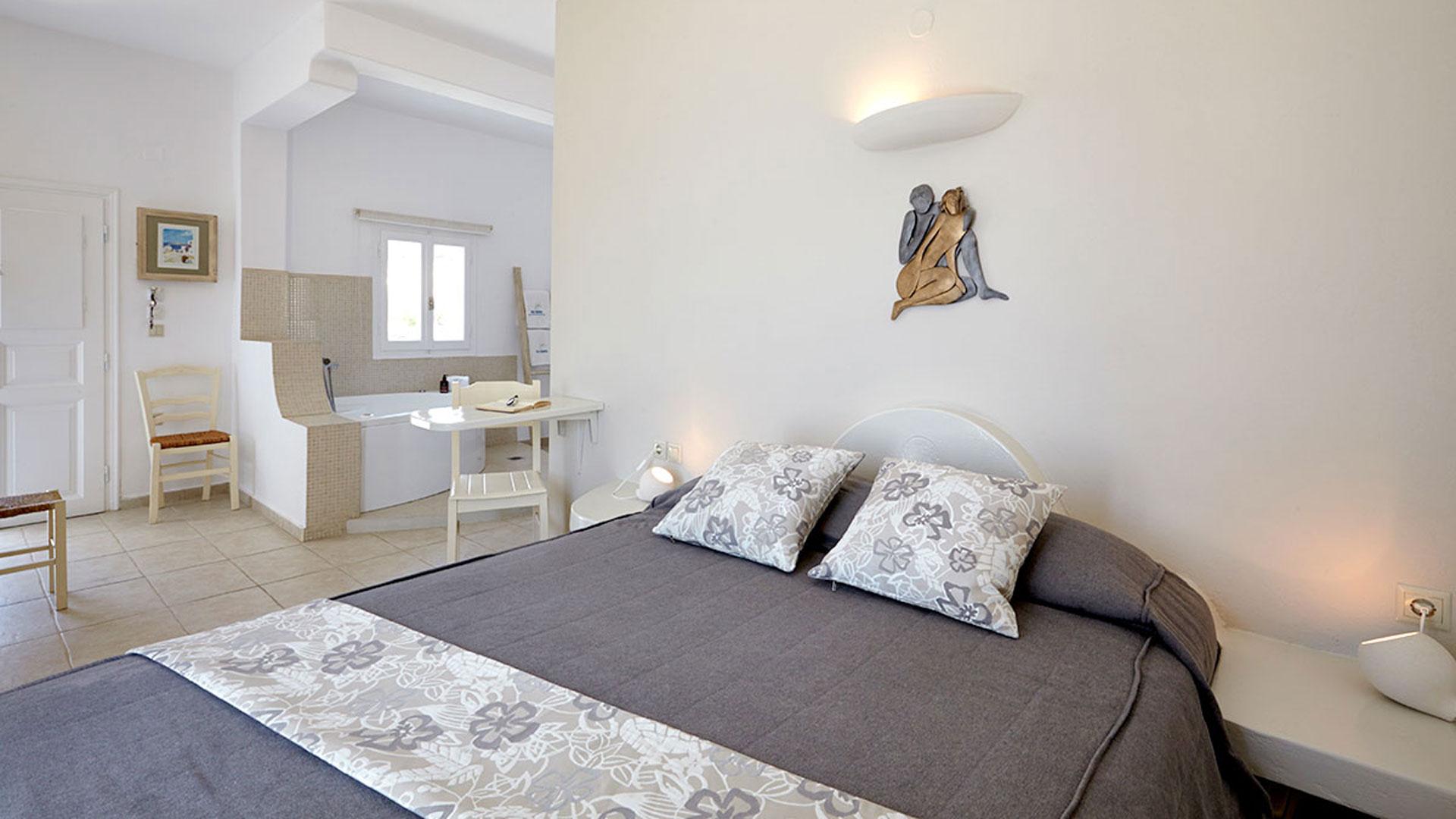 Honeymoon Suite with jacuzzi in Santorini View to firostefani