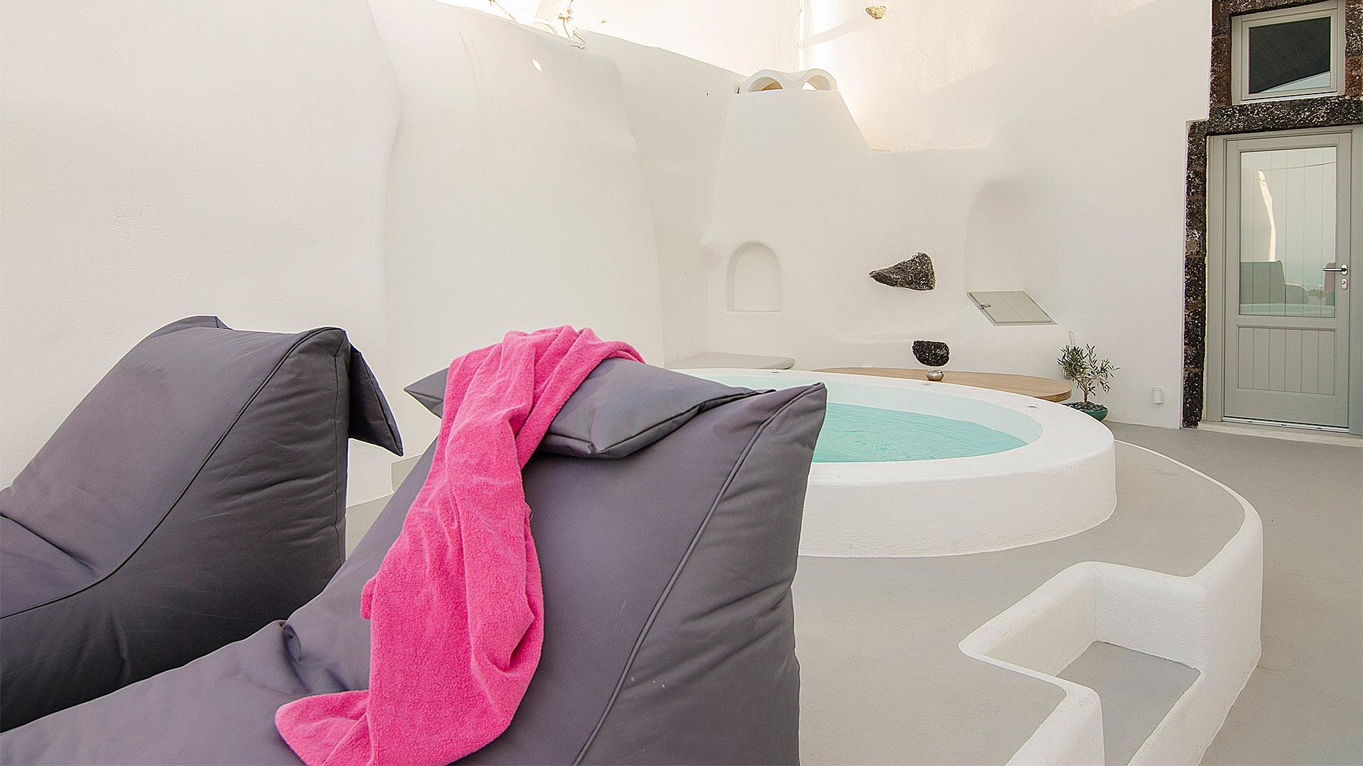 Santorini jacuzzi suite apartment view caldera | Pura Vida