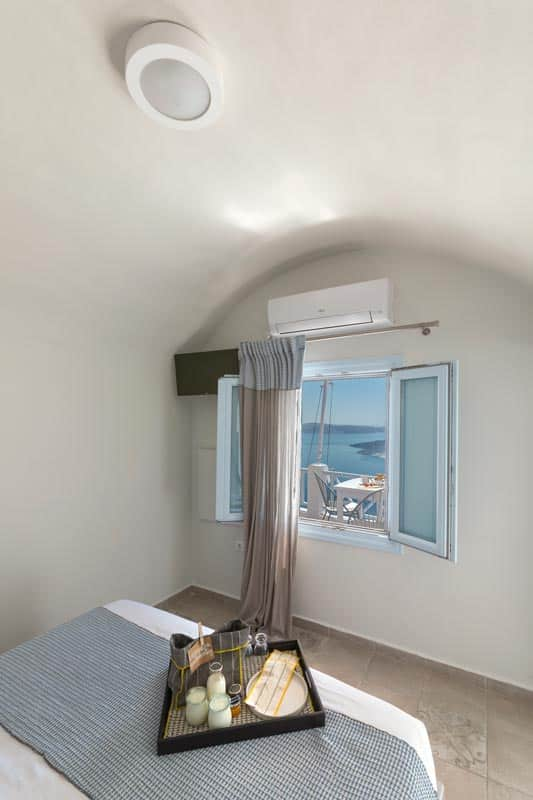 honeymoon jacuzzi suites private balcony santorini bluedolphins 03